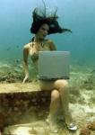 Digital nomad sexy sous l'eau