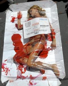"""Action """"choc"""" de l'association PETA - Jeune femme comparée à un morceau de viande de supermarché"""