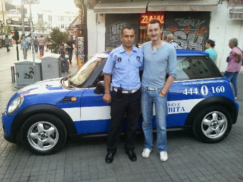 Prendre une photo avec un policer turc devant sa voiture - Mini Cooper