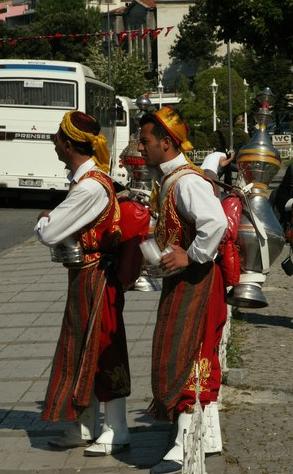 Vendeurs de thé dans les rues d'Istanbul