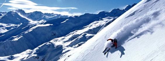 Skier aux sommets des montagnes enneigées cet hivers
